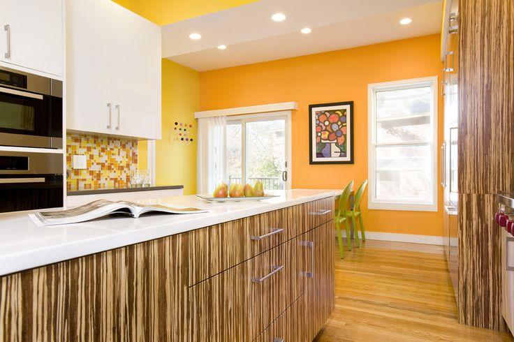 Кухня с яркими мандариновыми стенами и белым гарнитуром