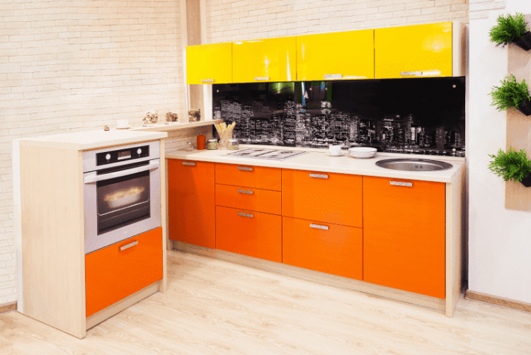 Солнечная кухня в желто-оранжевых тонах