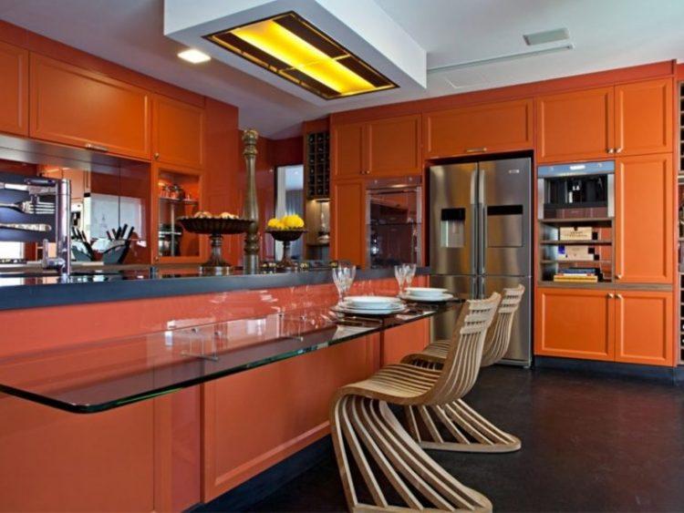 Кухня в классическом стиле с гарнитуром морковного цвета