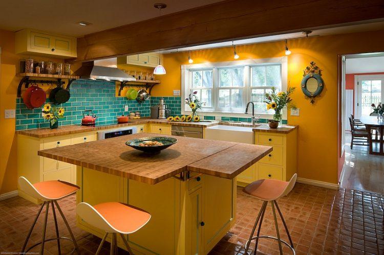 Оригинальный дизайн кухни с тыквенными стенами и синими аксессуарами