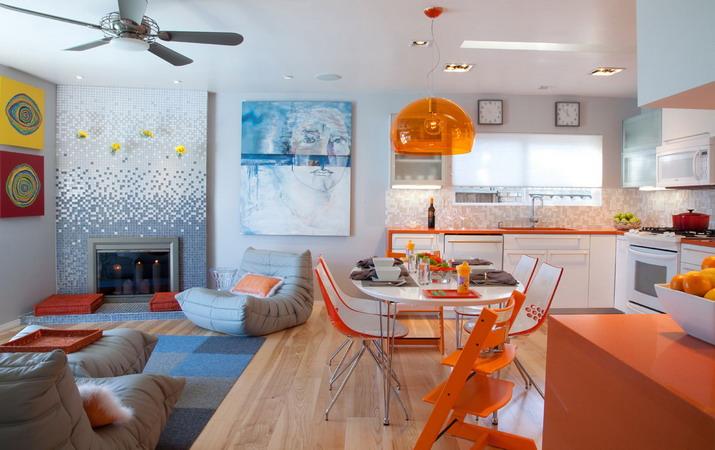 Оранжевая кухня с синими акцентами: пастельные бледно-голубые шторы, яркие лазурные подставки под горячее