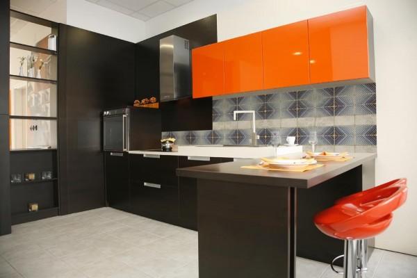 Экстраординарный кухонный гарнитур в черно-оранжевой гамме