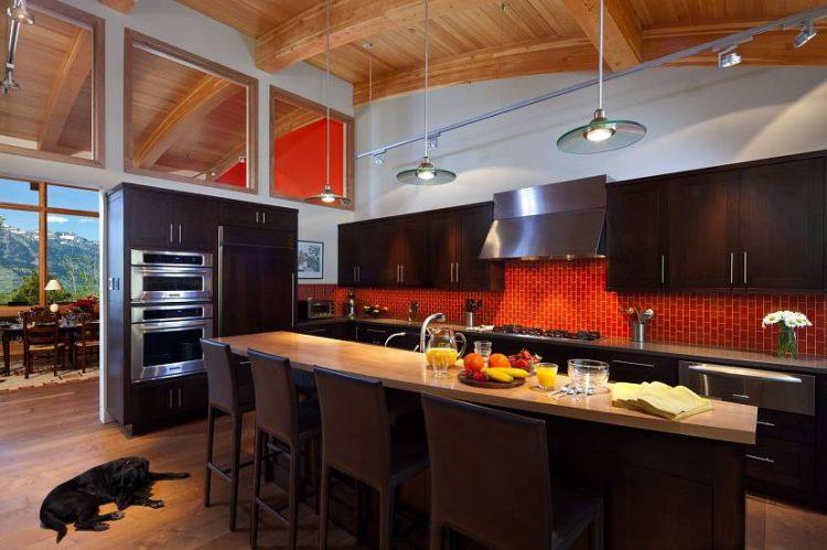 Классическая кухня с абрикосовыми стенами и темными матовыми фасадами
