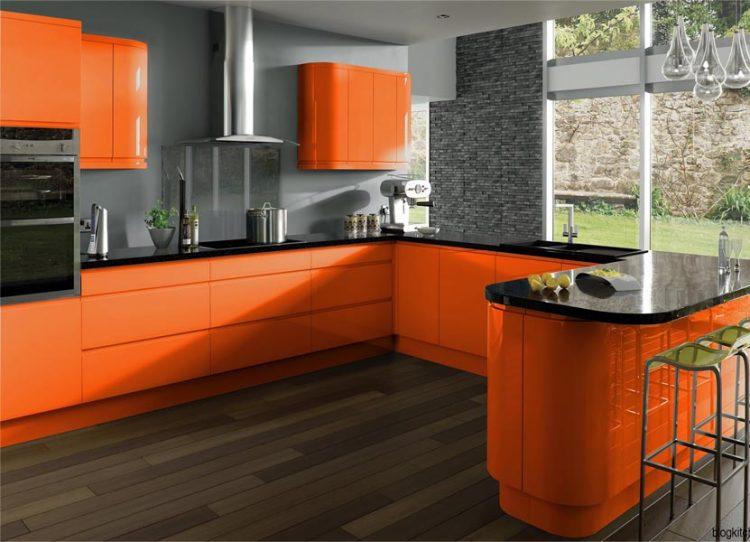 Дизайн кухни в морковных тонах с серым фоном