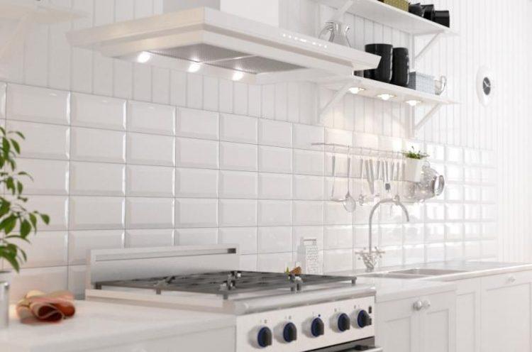 """Кухня с фартуком из белого """"кабанчика"""" в дуэте с оранжевым гарнитуром"""