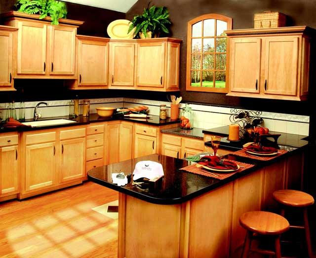 Кухонный интерьер в облепиховых тонах с преобладанием натуральной древесины