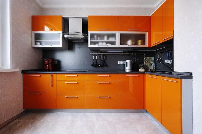 Дизайн кухни с рыжим гарнитуром, светлым полом из плитки с узором тыквенного цвета