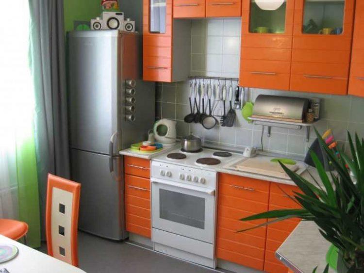 Уютная оранжевая кухня в хрущевке