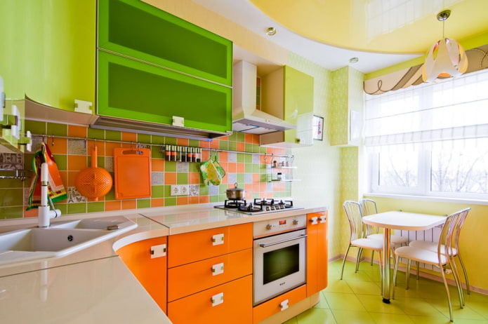 Зелено-апельсиновый гарнитур в современной кухне
