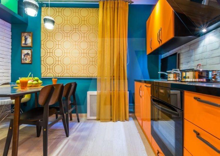 Гарнитур с облепиховыми фасадами, светло-абрикосовыми шторами, синими акцентами