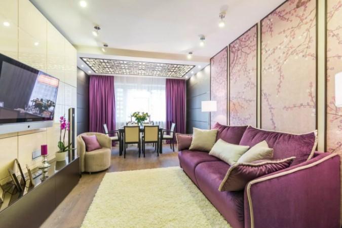 Смелый дизайн зала в обычной квартире с сиреневыми нотками.