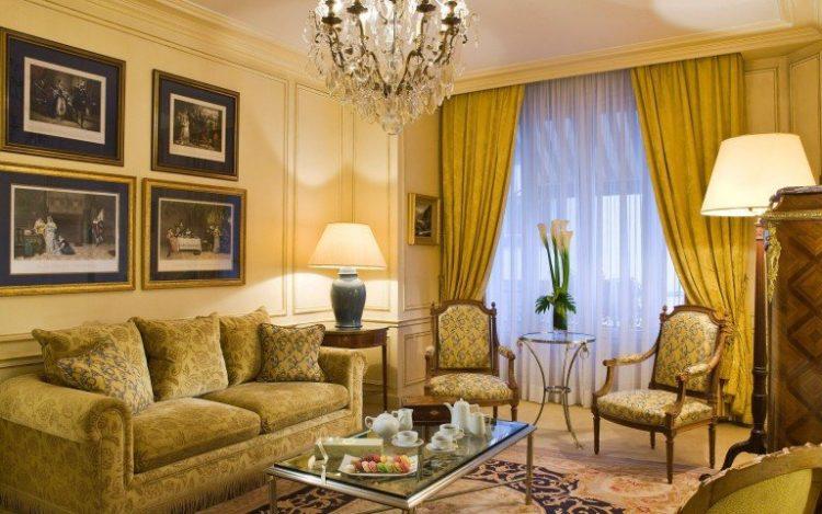 Классическая гостиная площадью 16 кв. м со встроенными шкафами